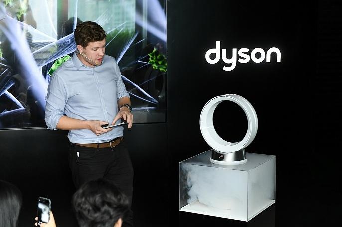 3.戴森高级设计工程师Ben Lowson在活动现场演示戴森空气净化风扇的净化能力.jpg
